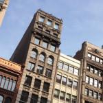 Degli edifici contra un cielo azzurro